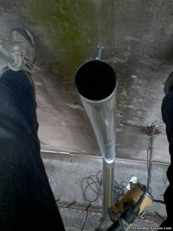Монтаж может выполняться как полностью заменой старой водосточной трубы, так и отдельными секциями.
