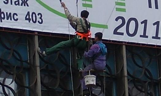 Монтаж рекламы, баннеров в Днепродзержинске. Хорошая баннерная реклама на улице должна привлечь и удержать прохожего если он желает что либо, но не может сделать правильный выбор